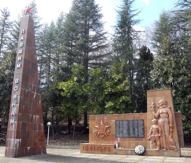 с. Альтмец округа г. Сочи. Памятник землякам, установленный по улице Кленовой.