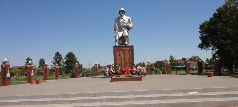 ст-ца. Кущевская. Памятник по улице Ленинградской 80а, установленный на братской могиле 180 советских воинов, погибших в боях с фашистскими захватчиками.