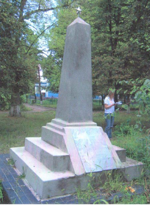 ст-ца. Ивановская Красноармейского р-на. Памятник по улице Красной 142/1, установленный на братской могиле советских воинов.