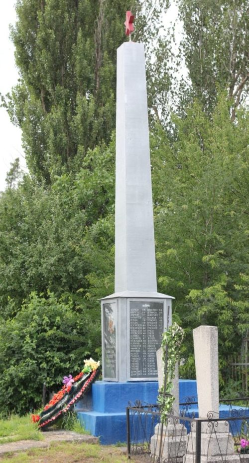 с. Первомайское Выселковского р-на. Памятник на кладбище, установленный на братской могиле советских воинов.