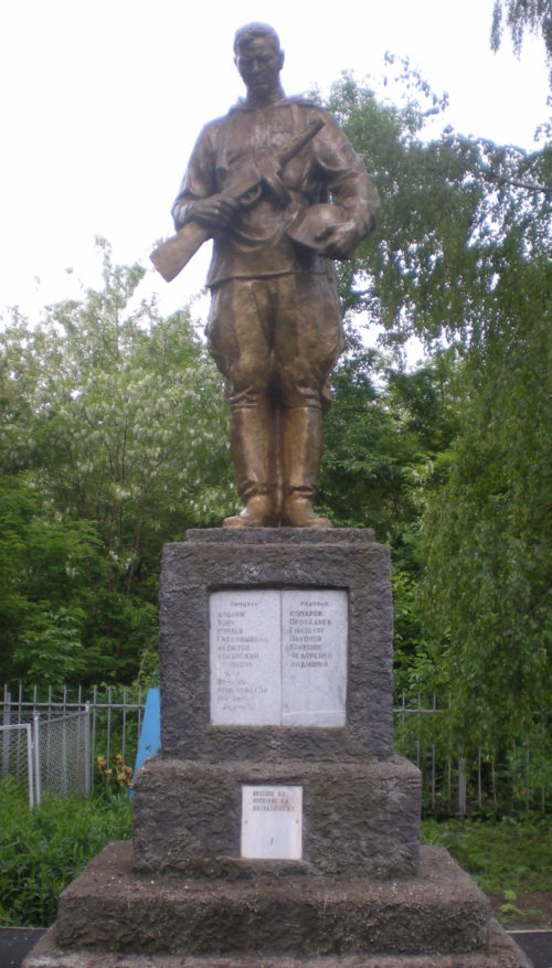 п. Советский Выселковского р-на. Памятник на кладбище, установленный на братской могиле советских воинов.