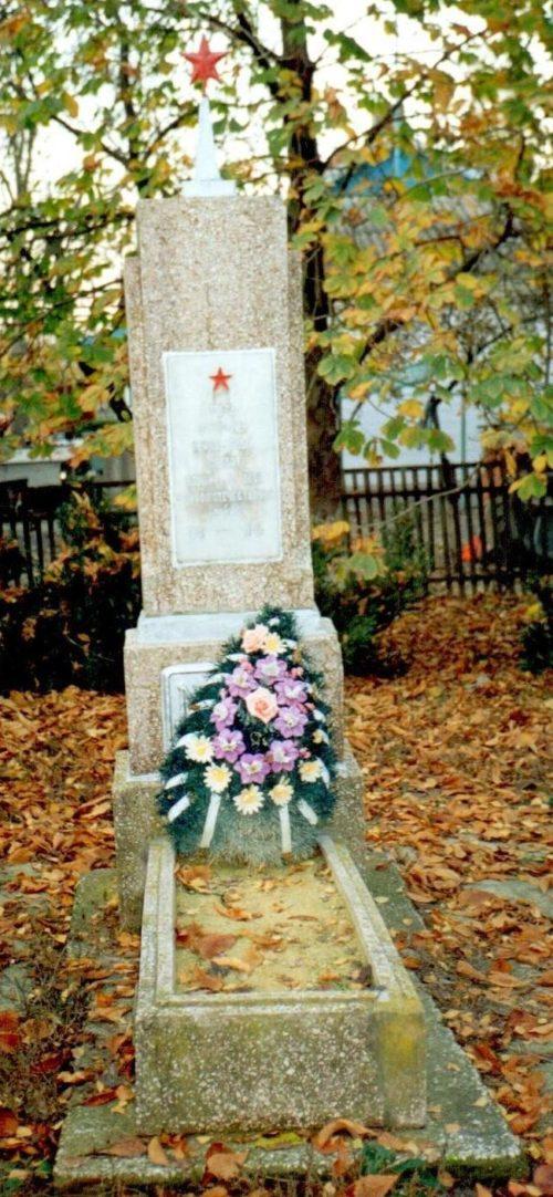 п. Краснодарский Красноармейского р-на. Могила неизвестного советского воина на улице Центральной 9а.