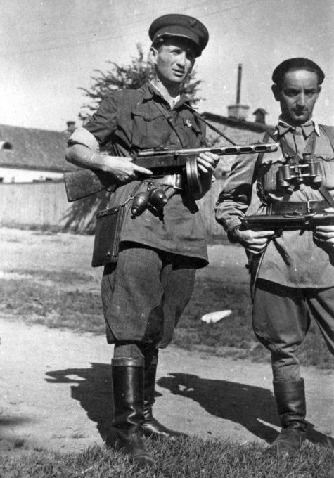 Литовские партизаны в освобожденном Вильнюсе. Июль 1944 г.