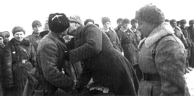 Генерал-лейтенант Власов (справа) вручает орден Ленина Катукову. Западный фронт, январь 1942 г.