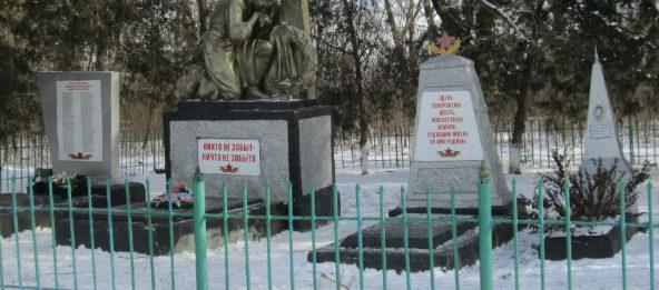 п. Первомайский Кущевского р-на. Памятник по улице Советской 15, установленный на братской могиле советских воинов.