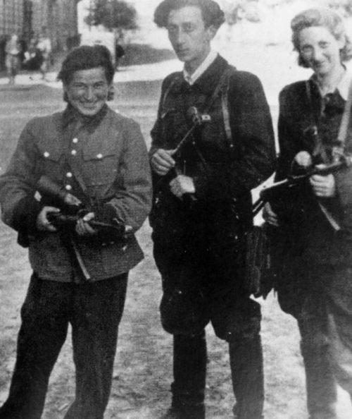 Командир еврейского партизанского отряда Абба Ковнер и партизанки Витка Кемпнер и Ружка Корчак в освобожденном от немецких оккупантов Вильнюсе. Июль 1944 г.