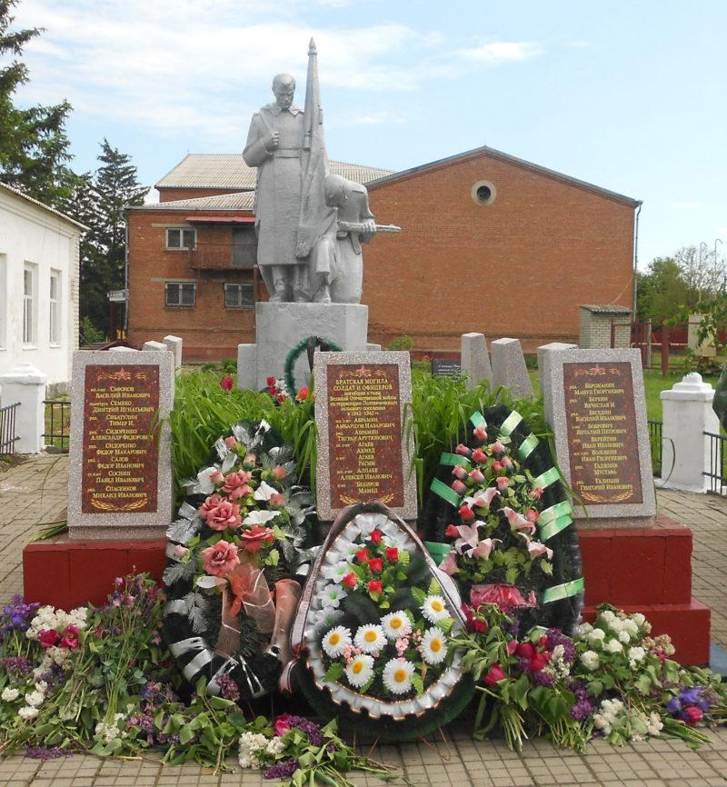 с. Полтавченское Кущевского р-на. Памятник землякам по улице Трудоввой 3.