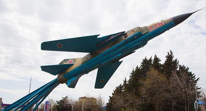 п. Лазаревское округа г. Сочи. Памятный знак, установленный в 2010 году, воинам 236 авиационной истребительной дивизии, которая защищала небо Северокавказского округа в годы войны.