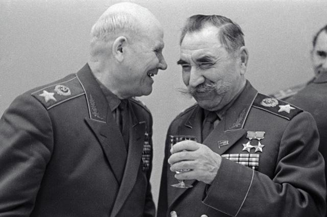 Маршалы Советского Союза Конев и Буденный на встрече ветеранов в Кремле. 1965 г.