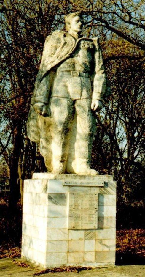 п. Первомайский Красноармейского р-на. Памятник по улице Школьной 3а, установленный на братской могиле советских воинов, погибших в годы войны.
