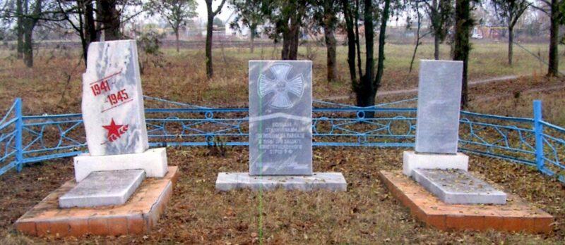 ст-ца. Шкуринская Кущевского р-на. Памятники на братских могилах воинов, погибших в годы гражданской и Великой Отечественной войн.