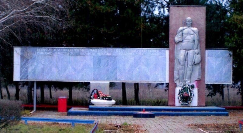 ст-ца. Шкуринская Кущевского р-на. Монумент погибшим односельчанам и могила пограничника Г.С. Хуснутдинова.