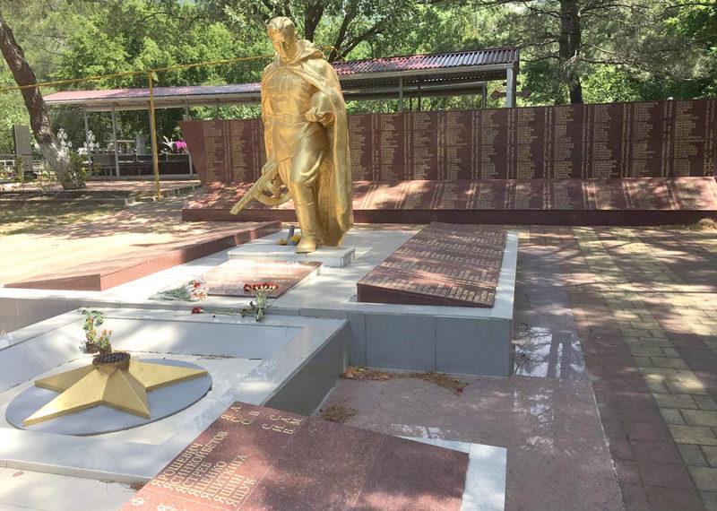 г. Геленджик. Памятник на старом кладбище, установленный на братской могиле, в которой похоронено 803 советских воина.