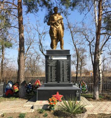 х. Прикубанский Красноармейского р-на. Памятник по улице Центральной 46а, установленный на братской могиле советских воинов.