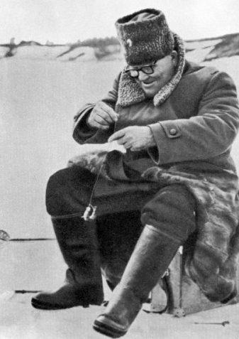 Иван Конев на зимней рыбалке. 1968 г.