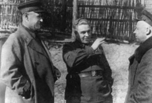Генерал Берзарин (в центре) на Северо-Западном фронте. 1942 г.