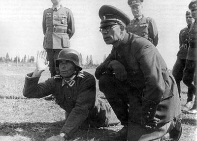 Власов проводит инспекцию одного из русских батальонов. 1943 г.