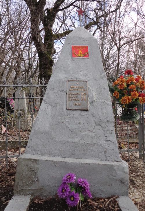 г. Геленджик. Памятник на старом кладбище, установленный на братской могиле, в которой похоронено 3 морских летчика.