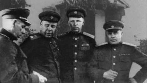 Маршал С. К. Тимошенко (второй слева) и генерал Н. Э. Берзарин (крайний справа) в освобожденном Кишиневе. Август 1944 г.