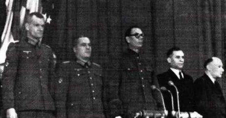 Слева направо: генералы Ф.И Трухин, Г.Н. Жиленков, А.А. Власов, В.Ф. Малышкин и Д.Е. Закупный во время подписания манифеста КОНР. Прага, ноябрь 1944 г.
