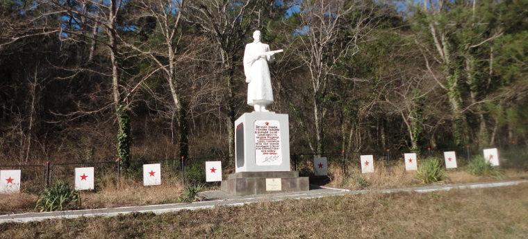 х. Джанхот Геленджикский округ. Памятник по улицы Черноморской 2, установлен на братской могиле, в которой похоронено 63 советских воина.