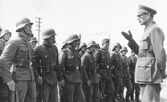 Власов с солдатами РОА. 1944 г.
