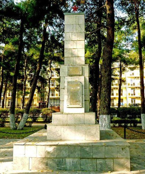 с. Дивноморское Геленджикский округ. Памятник по улице Кошевого 22а, установленный на братской могиле, в которой похоронены 24 советских воина.