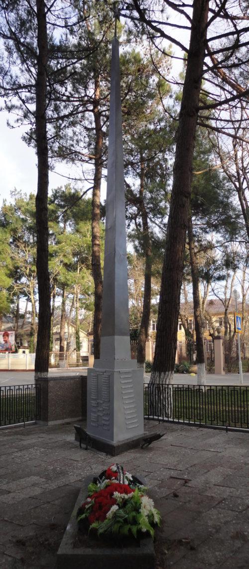 с. Кабардинка Геленджикский округ. Памятник по улице Мира, установленный на братской могиле, в которой похоронено 38 советских воинов.