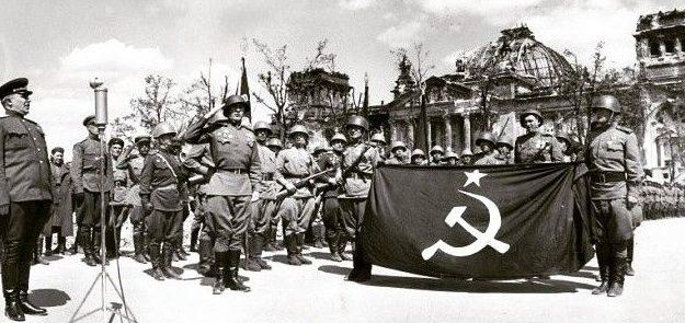 Берзарин отправляет одно из «знамен победы» в Москву. Май 1945 г.