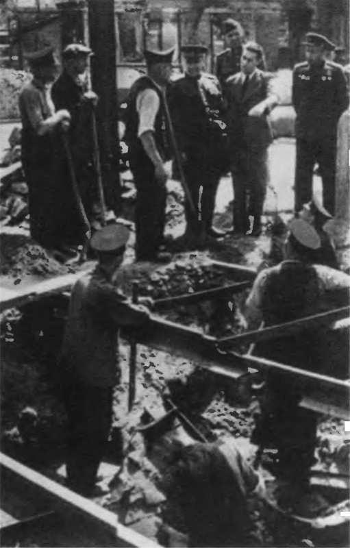 Берзарин среди жителей Берлина. 1945 г.