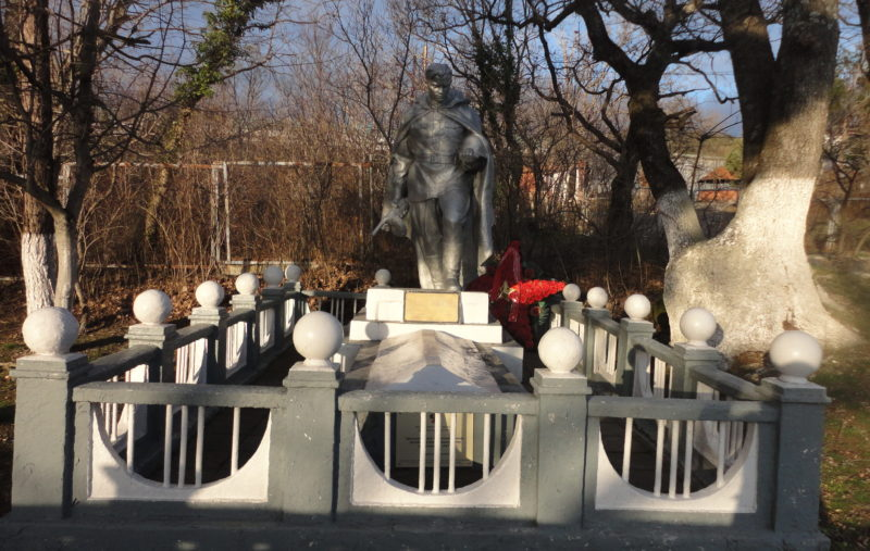 с. Кабардинка Геленджикский округ. Памятник, установленный на братской могиле, в которой похоронено 3 советских воина.
