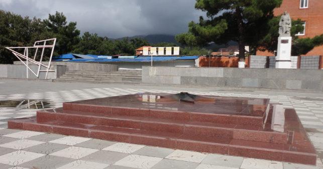с. Кабардинка Геленджикский округ. Памятник у автовокзала, установленный на братской могиле, в которой похоронено 560 советских воинов.