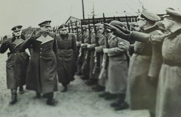 Власов вместе с немецкими офицерами принимает парад частей РОА. 1945 г.