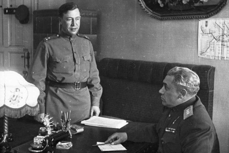 Берзарин в берлинском кабинете. Май 1945 г.