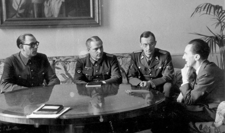 Генералы Власов и Жиленков на встрече у Геббельса. Февраль 1945 г.