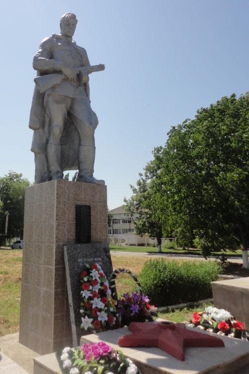 ст-ца. Чебургольская Красноармейского р-на. Памятник, установленный на братской могиле, в которой похоронено 240 советских воинов, погибших в годы войны.
