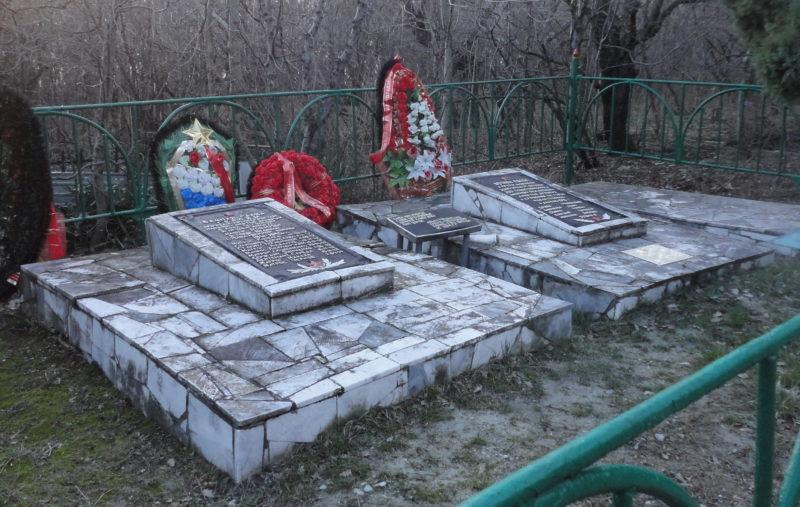 с. Кабардинка Геленджикский округ. Братская могила 9 воинов-зенитчиков и артиллеристов, погибших в боях с фашистскими захватчиками.