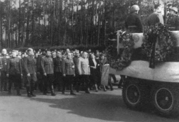 Маршал Г. К. Жуков и его соратники провожают в Москву гроб с останками Н. Э. Берзарина. Июнь 1945 г.