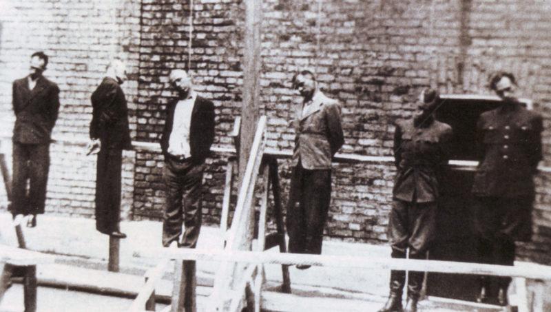 Генерал Власов со своим штабом. Двор Бутырской тюрьмы. Август 1946 г.