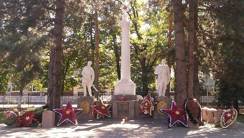г. Горячий Ключ. Памятник по улице Ленина 33, установленный на братской могиле, в которой похоронено 18 воинов, погибших в годы войны.