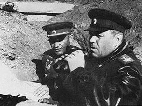 Маршал А. М. Василевский и командующий 51-й армией Я. Г. Крейзер наблюдают за ходом боя. 1943 г.