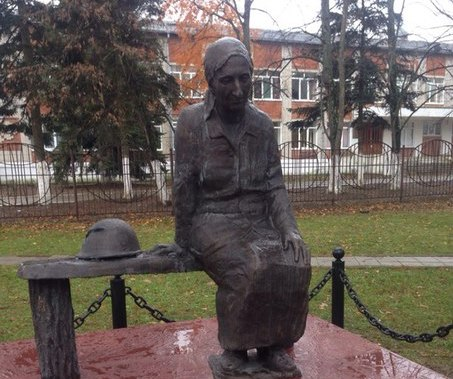 г. Горячий Ключ. Памятник матери Аршалуйс Ханжиян, которая в годы войны лечила раненых солдат.