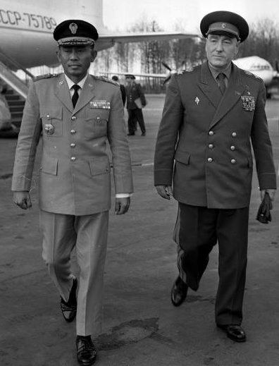 Начальник Генштаба ВС СССР Бирюзов и министр обороны Индонезии Ахмед Яни на Шереметьевском аэродроме. Москва, 29 апреля 1963 г.