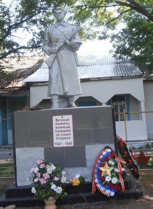 п. Кутаис г. Горячий Ключ. Памятник у школы №5, установленный на братской могиле советских воинов.