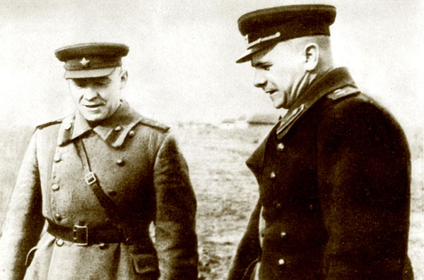 Командующий 2-й танковой армией генерал-полковник С.И.Богданов (справа) и командир 11-й гвардейской танковой бригады полковник Н.М. Кошаев. 1944 г.