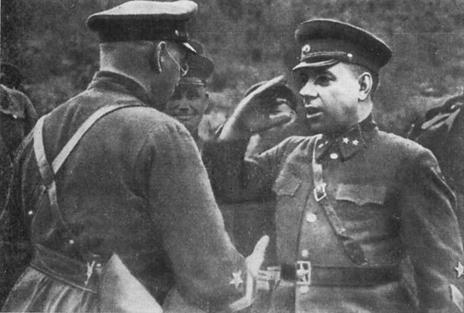 И. Е. Петров вручает Н. И. Крылову орден Красного Знамени. Июнь 1942 г.