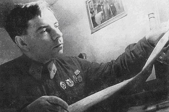Генерал-майор Крылов с картой. Ноябрь 1942 г.