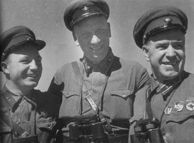 Во время боёв на Халхин-Голе. Слева направо: Д. Н. Никишев, Н. Н. Воронов, Г. К. Жуков. 1939 г.
