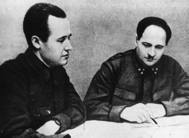 Представитель ГКО В. Г. Жаворонков и командующий 50-й армией генерал-лейтенант И. В. Болдин в дни обороны Тулы. 1941 г.