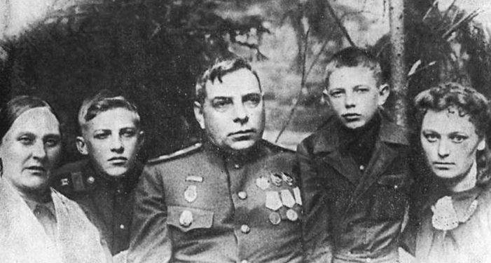 Семья Н. И. Крылова. Май 1943 г.